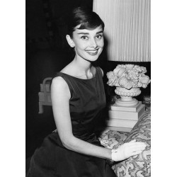 Carte Postale AUDREY HEPBURN - Seated